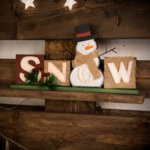 Karácsonyi polcdísz hóemberrel (32 x 15,2 cm)
